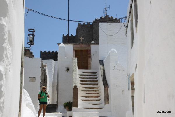 Над входом во многие дома Хоры на Патмосе - греческий крест