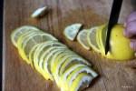Разрезаем лимоны на дольки 2 мм толщиной