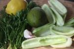 Ингредиенты для холодного огуречного супа с авокадо