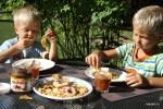Завтрак в августе: яблочные пончики и свежий яблочный сок