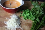 Ингредиенты фриттаты: яйца, зеленый горошек,  тертый сыр, травы