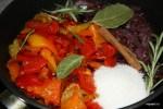 Карамелизированный лук и перцы тушим со специями и сахаром
