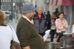 Продавец жареных каштанов у вокзала Россио, Лиссабон