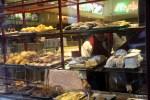 Утро в Порту. Бармен раскладывает сладости в витрине