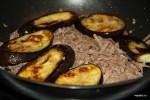 Обжаренные баклажаны выкладываем на мясо