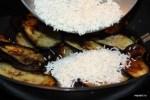 На слой баклажанов выкладываем слой риса