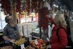 Выбираю пири-пири на рынке в Порту. Именно такой красный перец полтысячелетия назад португальские миссионеры завезли из Бразилии в Азию