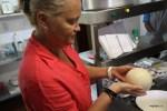 Страусиное яйцо очень тяжелое