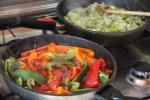 Для ускорения процесса готовим овощное рагу на двух сковородах
