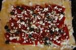 Консервированные перцы, сыр фета и черные маслины - начинка для тарта