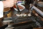От горячего масла чешуя рыбы сворачивается