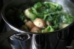 Тушим молодой картофель с салатными листьями