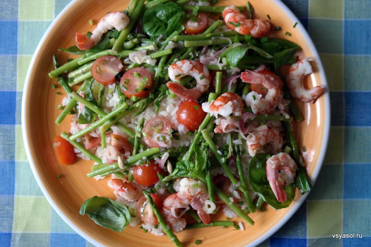 Средиземноморский салат из риса с креветками