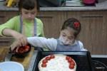 Марина и Юля выкладывают помидоры на начинку киша