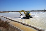Морскую соль ворошат ковшом трактора