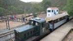 Восстановленный шахтерский поезд возит туристов вдоль ерега Рио-Тинто