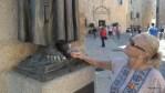 Давняя студенческая традиция в Касересе: потрогать ступню статуи святого