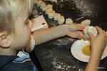Даня смазывает сегменты кунжутным маслом