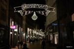Скромная иллюминация на главной торговой улице Амстердама