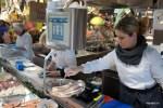 В лавка рыбных деликатесов на рынке в Роттердаме продают копченого угря