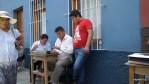 В центре Трухильо уличные писари сочиняют бумаги  для обращения в органы власти