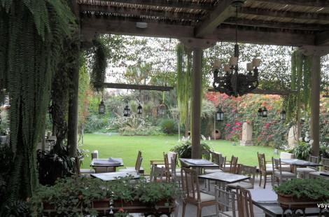 Музейным кафе Casa Larco является гастрономический ресторан Гастона Акурио