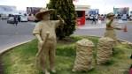 На выходе из аэропорта Арекипы встречают аллегорические фигуры крестьян с мешками картофеля
