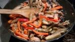 Выкладываем на сковороду обжаренные баклажаны