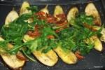 Перемешиваем баклажаны с вялеными помидорами и шпинатом
