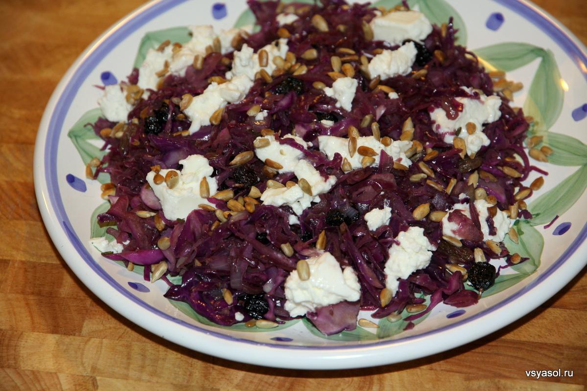 Теплый салат из красной капусты