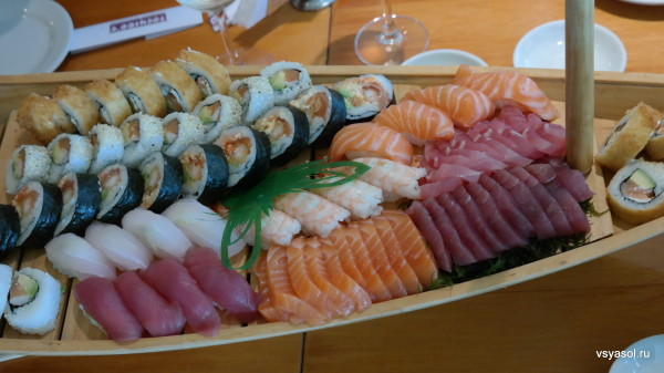 Ассорти суши и ролоов в японо-перуанском ресторане Toshiro's в Лиме, Перу