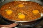 Разбиваем яйца в соус