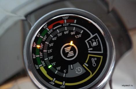 На цифровом термоконтроллере Zepter выставлены параметры температуры и времени для приготовления овощей