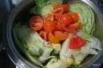 Кладем в сотейник помидоры