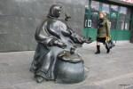 Скульптура торговки семечками при входе на Комаровский рынок