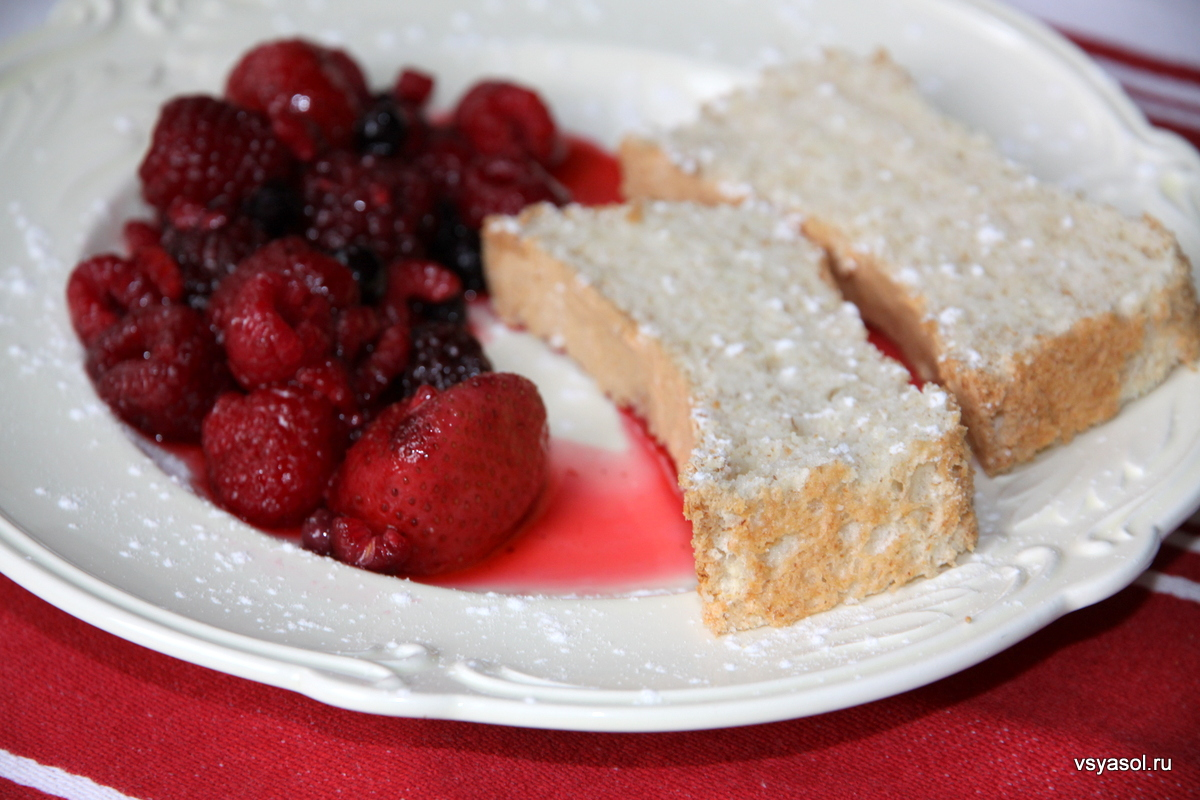 Белковый бисквит с ягодами