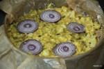 Выкладываем на поверхность пирога кольца красного лука
