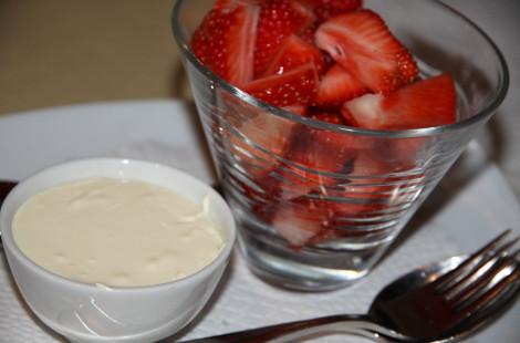 Швейцарский десерт: клубника с двойными сливками из Грюйера