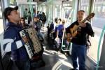 Canta y no llores! (Пой и не плачь) - поют молдаване по-испански в женевском трамвае