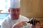 Лоран Бурсье показывает круассан с шоколадной начинкой