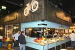 Устричный бар на Лионском рынке: велосипед сделан из устричных раковин