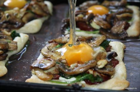 В полуготовые тосты добавляем по одному яйцу