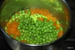 Добавляем овощи и бульон