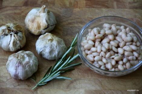 Запеченный чеснок, свежий розмарин, белая фасоль