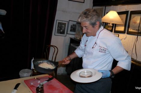 Пьетро Ронгони готовит ризотто с лососем и сыром скаморца