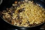 Добавляем вареное пшеничное зерно к  грибам