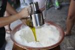 Ставрула вливает оливковое масло