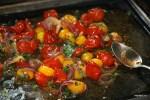 Запеченные в духовке помидоры и лук
