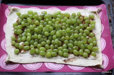 Выкладываем виноград на тесто