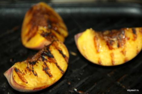 Карамелизируем персики на сковороде гриль